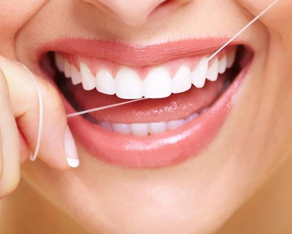 Kako koristiti konac za zube?